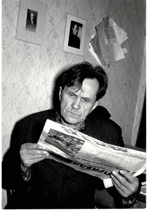 Шаламов читает газету «Правда»