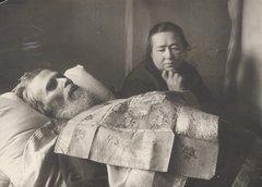 Надежда Александровна Шаламова у гроба мужа. Вологда