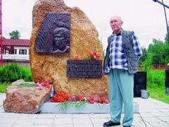 Скульптор Рудольф Веденеев у памятника Шаламову в Красновишерске