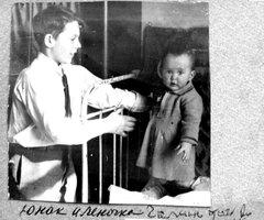 Справа - Елена Шаламова. Ок. 1937 г.