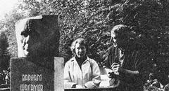 Ирина Павловна Сиротинская на могиле Шаламова